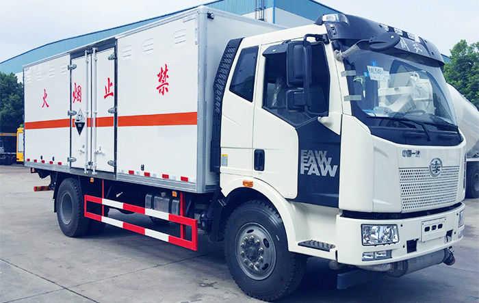 解放J6腐蚀性物品厢式运输车(6.2米)