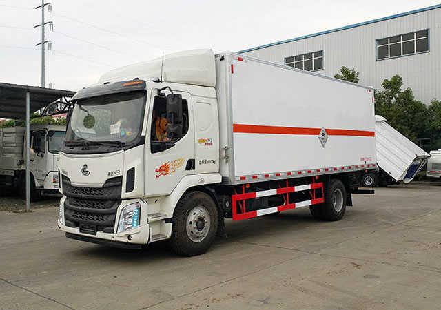 柳汽乘龙毒性气体厢式运输车(6.8米)